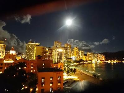 ハワイ夜景と月